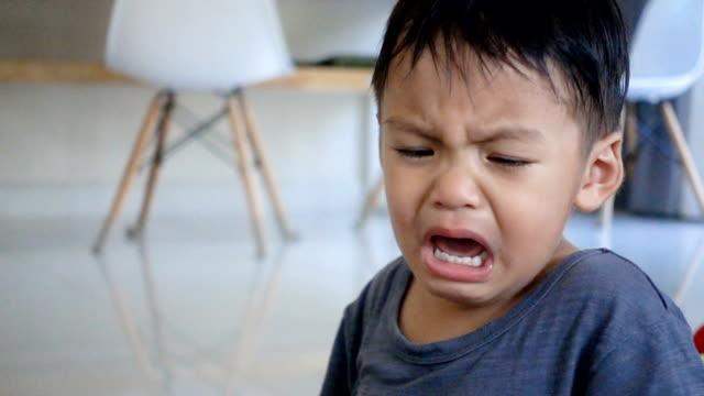 2 jahre alten asiatischen jungen weinen indoor. - nur babys stock-videos und b-roll-filmmaterial