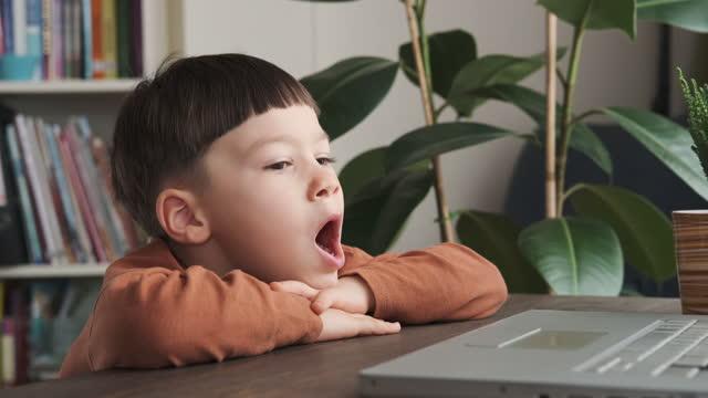 4-5 jahre alt niedliches kind mit computer zu hause - 4 5 years stock-videos und b-roll-filmmaterial