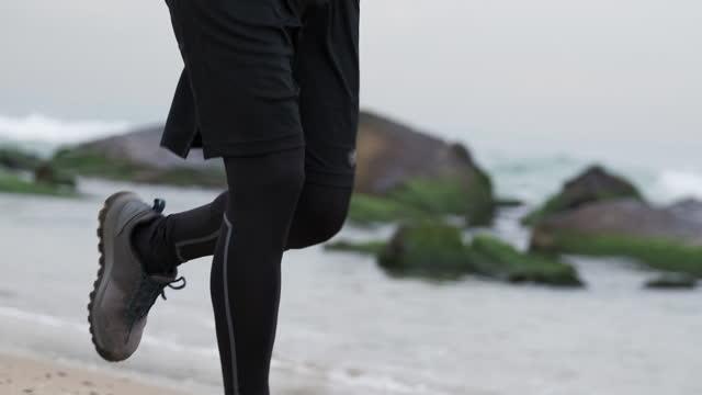 stockvideo's en b-roll-footage met 20-24 jaar oude mensen die bij kustlijn op koude temperatuur lopen - 20 24 years
