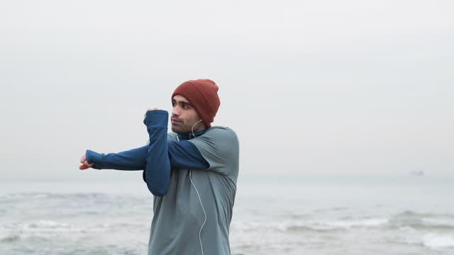 vídeos de stock e filmes b-roll de 20-24 years old men training at coastline on cold temperature - cold temperature