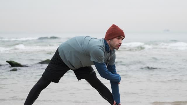 uomini di 20-24 anni che si allena in costa a temperatura fredda - 20 24 years video stock e b–roll