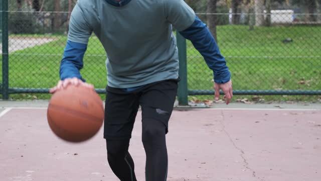 20-24 jahre alte männer trainieren basketball auf dem platz - 20 24 years stock-videos und b-roll-filmmaterial