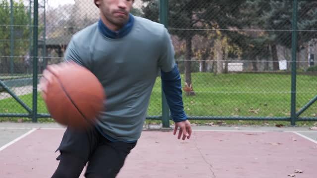 uomini di 20-24 anni che allenano il basket in campo - 20 24 years video stock e b–roll
