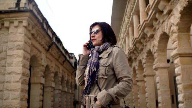 40 Jahre Frau im Urlaub auf Handy
