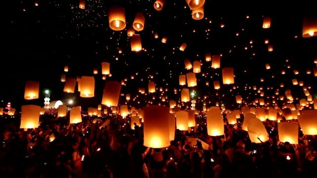 vídeos de stock e filmes b-roll de yeepeng lanterna flutuante loi krathong festival. chiang mai. tailândia - lanterna de papel