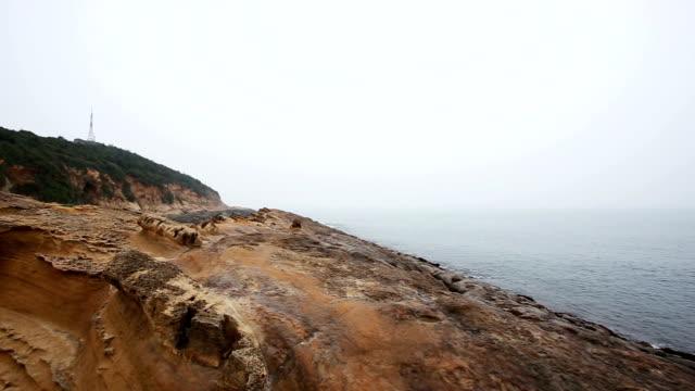 vídeos de stock e filmes b-roll de yehliu parque geológico em keelung, taiwan - chaminé de fada