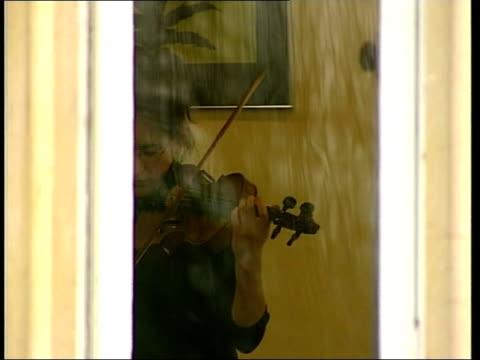 vidéos et rushes de yehudi menuhin dies yehudi menuhin dies itn surrey ext pupil at yehudi menuhin school carrying cello in case from entrance girl seen playing violin... - yehudi menuhin