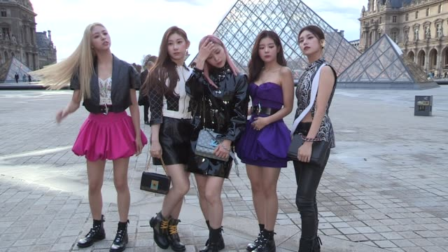vidéos et rushes de yeji, lia, ryujin, chaeryeong, yuna from itzy kpop band at the photocall for the louis vuitton spring summer 2020 fashion show in paris paris, france... - k pop