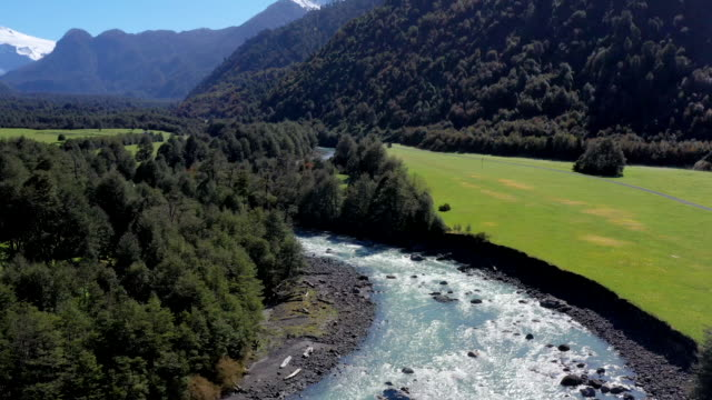 vidéos et rushes de yelcho river valley, pumalin national park, patagonia, chile - ciel sans nuage
