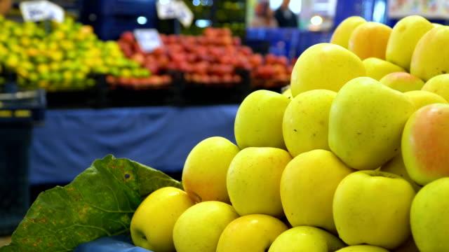 vídeos de stock e filmes b-roll de yellow apples - maçã