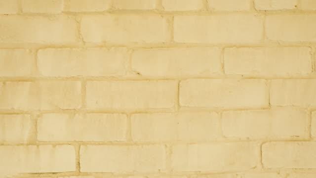 黄色のレンガの壁フルフレームパンの背景 - 起伏のある点の映像素材/bロール