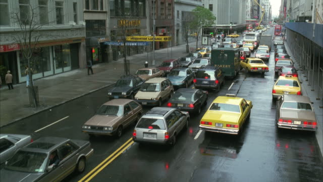 ws ha pan yellow cab passing traffic jam / manhattan, new york, usa - anno 1994 video stock e b–roll