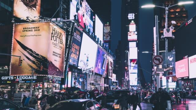 Les taxis T/L PAN jaune à Times Square la nuit / Manhattan, NYC