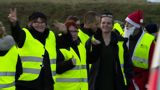 vídeos de stock e filmes b-roll de yellow jacket' protesters in boves france taking part in a roadside protest against fuel tax rises - petroleum