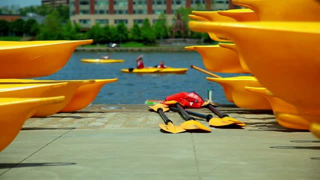 giallo kayak sul fiume peir vicino al primo piano di sfondo - group of objects video stock e b–roll