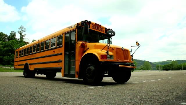 vídeos y material grabado en eventos de stock de autobús escolar en el estacionamiento sin servicio de valet - niño pre escolar