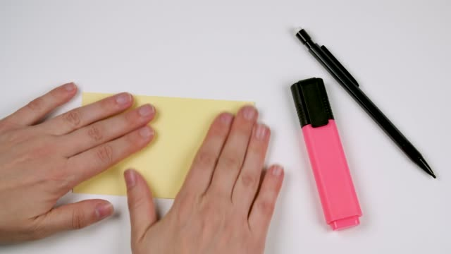 stockvideo's en b-roll-footage met yellow sticky note table top shot - table top shot