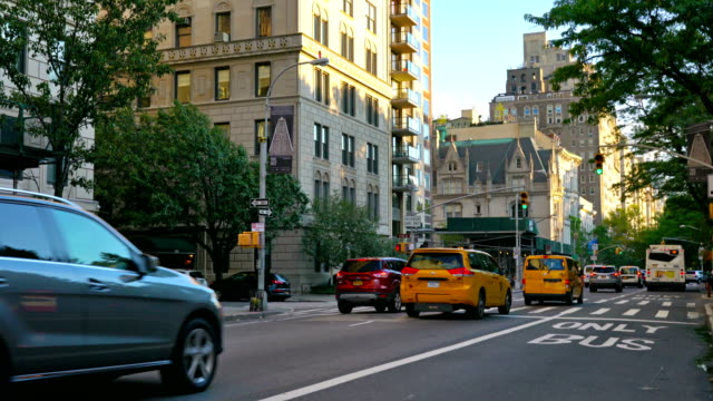 yellow taxi at museum mile (5th avenue). the met advertising - metropolitan museum of art new york city stock videos & royalty-free footage