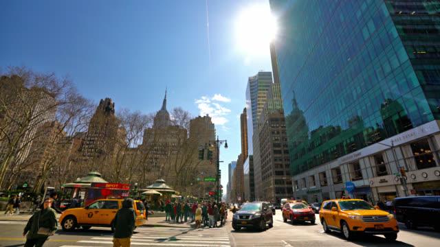 ニューヨーク通りでイエロータクシー - イエローキャブ点の映像素材/bロール