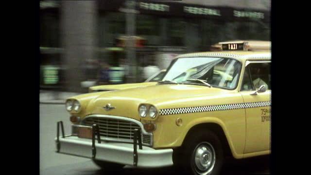 vídeos de stock e filmes b-roll de yellow taxi cabs being driving in new york city; 1980 - táxi