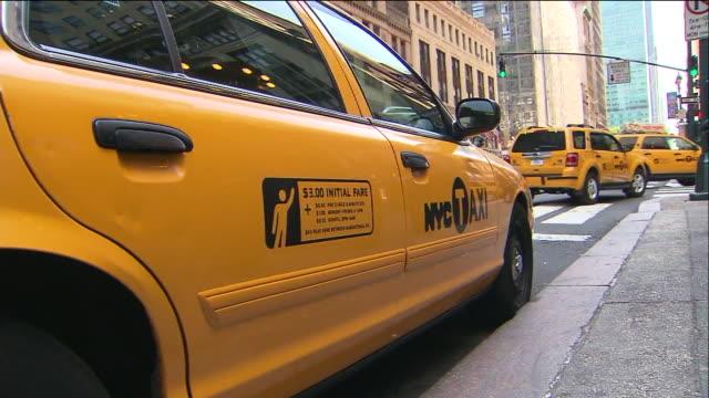 vídeos de stock, filmes e b-roll de yellow taxi cabs. - yellow taxi