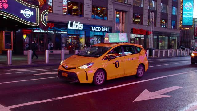 vídeos de stock e filmes b-roll de yellow taxi. times square - yellow taxi