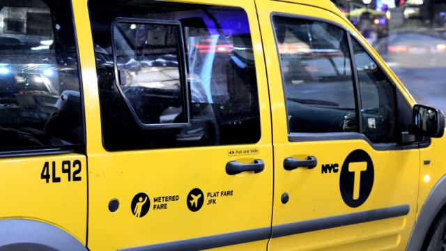 vídeos y material grabado en eventos de stock de yellow taxis on broadway herald square 34th street midtown manhattan new york city usa - herald square