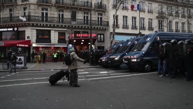 yellow vest demonstrators attends the 'act xii' demonstration in paris france 02 february 2019 the socalled 'gilets jaunes' is a grassroots protest... - manifestante video stock e b–roll