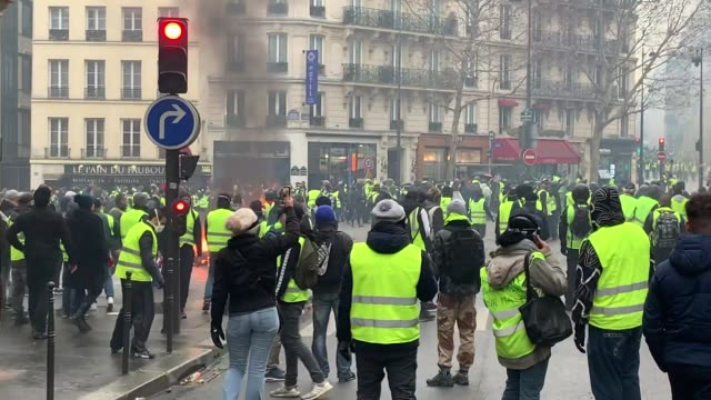 vídeos de stock, filmes e b-roll de yellow vest protest on december 1 2018 in paris france the 'yellow vest' is a protest movement without political affiliation that rallies against... - vest