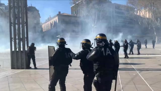vídeos de stock, filmes e b-roll de yellow vest protests started off calmly in montpelier but ended with a standoff between police and demonstrators in the city centre during the 19th... - montpelier