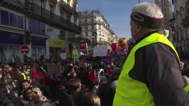 yellow vest supporters joined forces with workers unions for the first time in a convergence of struggles across france today - miteinander verbunden stock-videos und b-roll-filmmaterial
