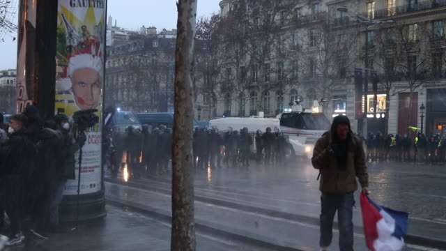 yellow vests and police and gendarmerie forces. use of water cannon, santa claus - 放水砲点の映像素材/bロール