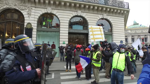 yellow vests place de l'opera in front of police forces and gendarmerie - 対決点の映像素材/bロール