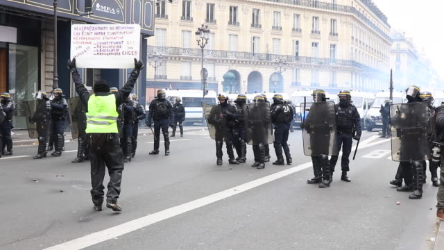 yellow vests place de l'opera in front of police forces and gendarmerie - manifestante video stock e b–roll