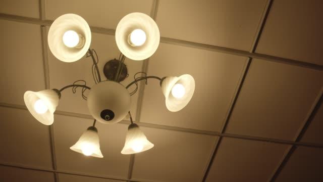 gult varmt ljus lampa hängande på taket - varmt ljus bildbanksvideor och videomaterial från bakom kulisserna