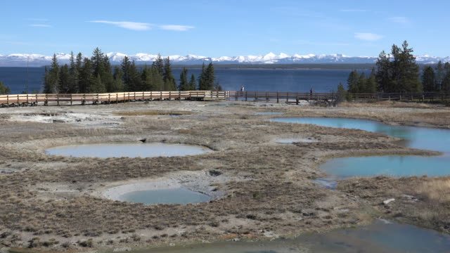 vidéos et rushes de yellowstone lake and hot springs at west thumb pan left - piscine thermale