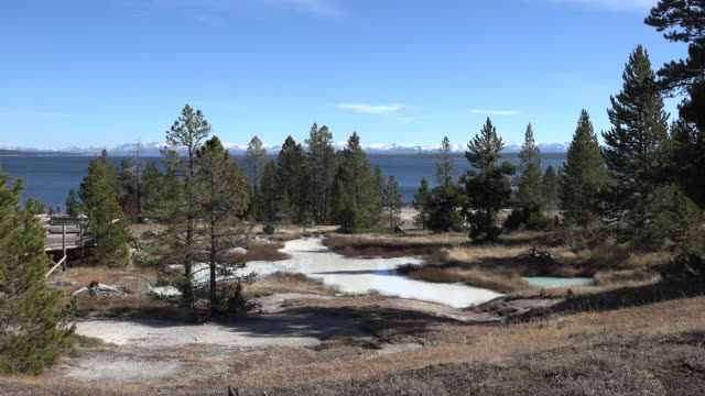 stockvideo's en b-roll-footage met yellowstone lake and west thumb view - thermaalwater