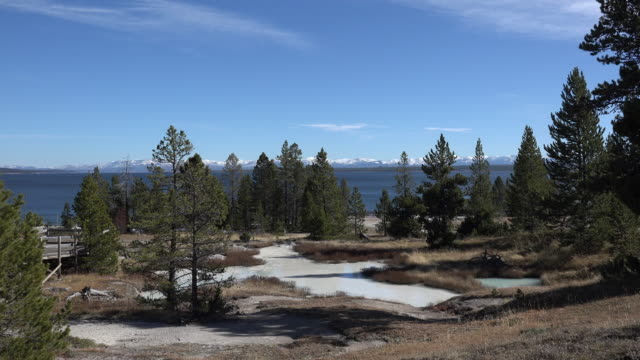 vidéos et rushes de yellowstone lake and west thumb zooms in - piscine thermale