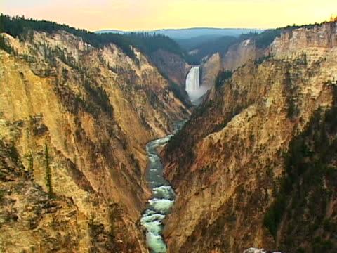 vídeos de stock e filmes b-roll de yellowstone lower falls - ponto de referência natural