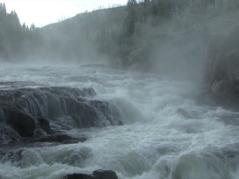 yellowstone: mist over turbulent river - artbeats 個影片檔及 b 捲影像