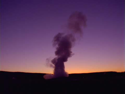 stockvideo's en b-roll-footage met yellowstone: old faithful after sunset - old faithful geiser