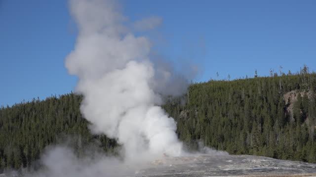 stockvideo's en b-roll-footage met yellowstone old faithful eruption view - old faithful geiser