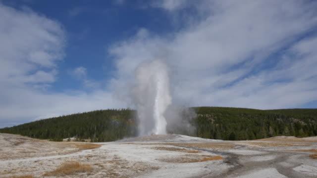 stockvideo's en b-roll-footage met yellowstone old faithful in eruption time lapse.mov - old faithful geiser