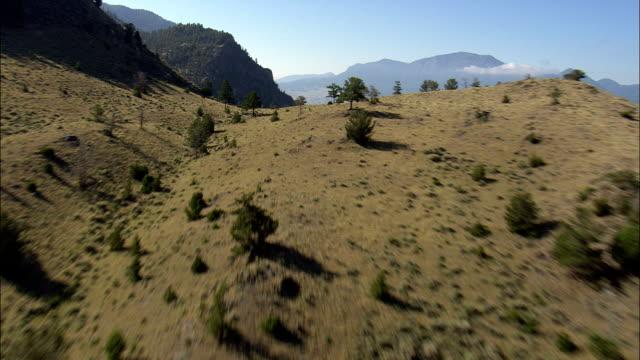 vídeos de stock, filmes e b-roll de rio yellowstone perto da gardiner-vista aérea de montana, o parque município, estados unidos - baixo posição
