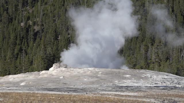 stockvideo's en b-roll-footage met yellowstone start of old faithful eruption - old faithful geiser