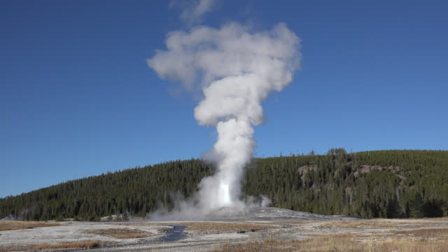 yellowstone steam and old faithful eruption - geysir stock-videos und b-roll-filmmaterial
