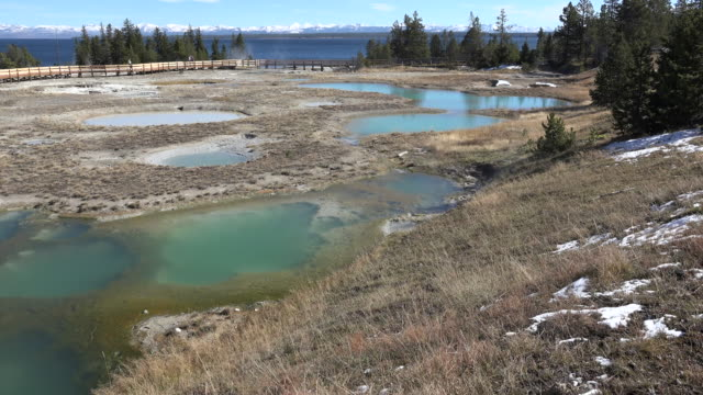 vidéos et rushes de yellowstone view of west thumb pools - piscine thermale