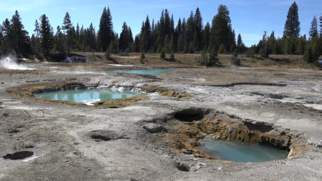 yellowstone west thumb hot springs pools - natürliches thermalbecken stock-videos und b-roll-filmmaterial