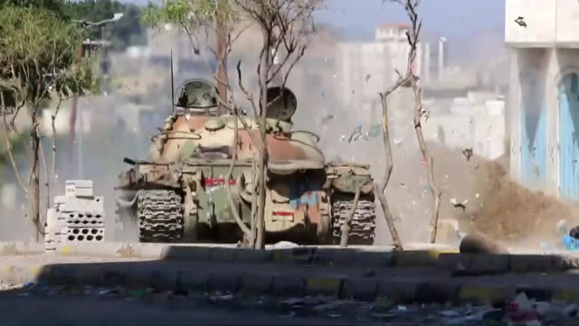 Yemeni fighters from Popular Resistance Forces loyal to Yemeni President Abd Rabbuh Mansur Hadi carry out an operation against Houthi militants in...