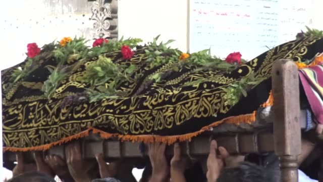 vídeos y material grabado en eventos de stock de yemeni mourners carry the coffin of abdel qader hilal, the mayor of the capital sanaa, on october 10, 2016 after he was killed in an air strike on a... - air raid